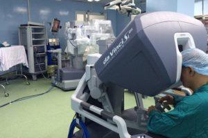 Bác sĩ sử dụng máy móc hiện đại