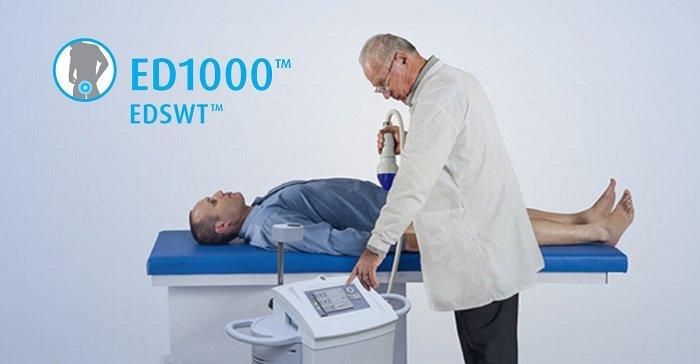 Bác sĩ điều trị cho bệnh nhận bằng máy ED1000