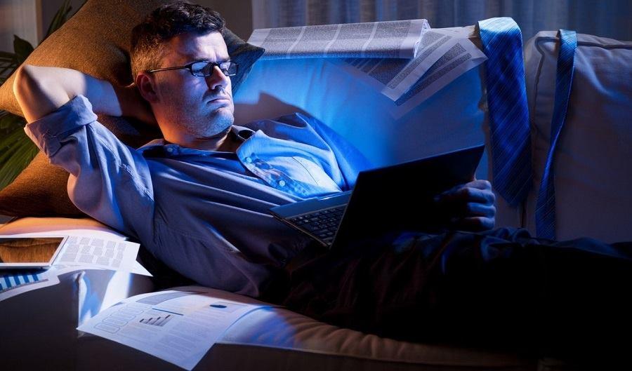 Nam giới thường xuyên thức khuya làm việc