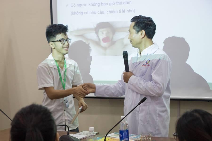 Các bạn sinh viên trường đại học khoa học xã hội và nhân văn tích cực chia sẻ, trao đổi và nhận quà từ chương trình