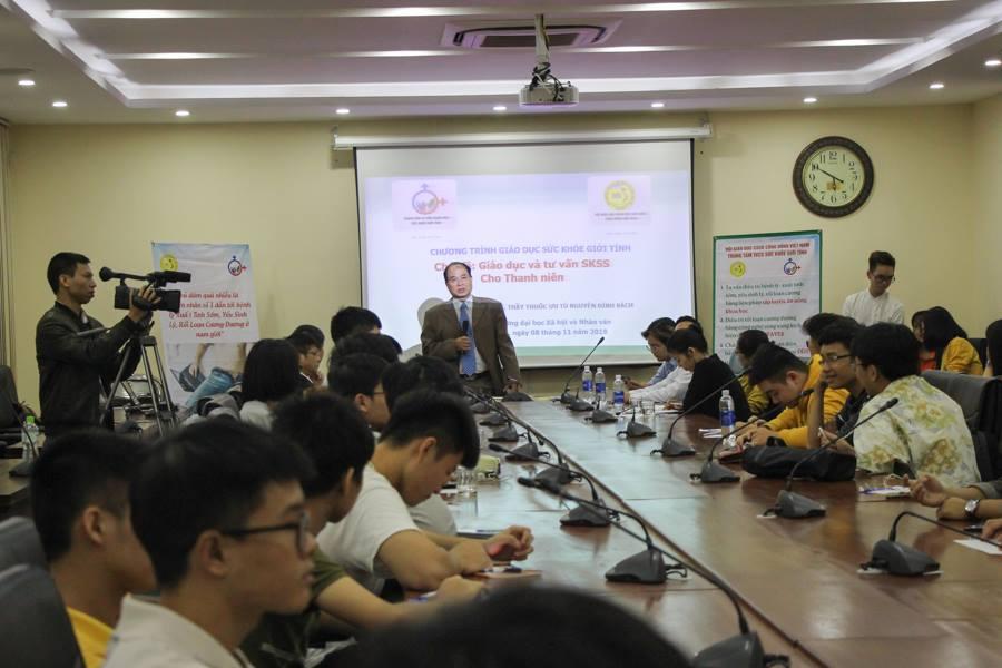 Tiến sĩ Nguyễn Thiện Trưởng, người có nhiều năm công tác trong lĩnh vực y tế chia sẻ trước buổi tọa đàm