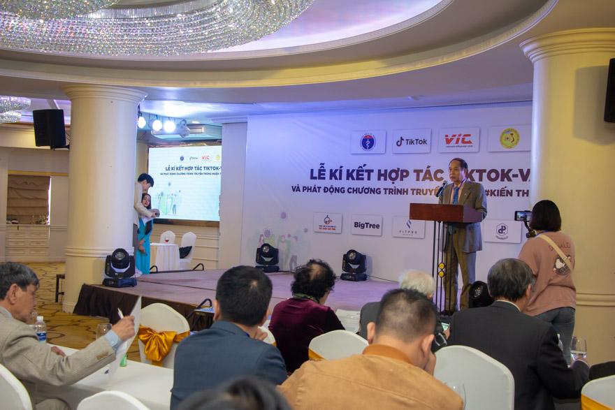 Ông Nguyễn Thiện Trưởng - nguyên thứ trưởng ngành y tế - đại diện cho TW hội giáo dục chăm sóc sức khỏe cộng đồng Việt Nam phát biểu tại buổi lễ