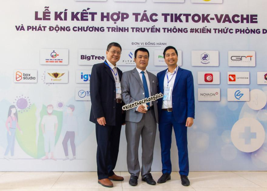 Bác sĩ Nguyễn Đình Bách, lương y Nguyễn Bá Toàn chụp ảnh cùng giám đốc chính sách TikTok Việt Nam - Nguyễn Lâm Thanh